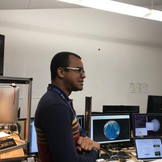Fábio Teixeira e o pequeno satélite (logo atrás dele)
